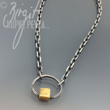 Necklace with a sincle circle and gold detail
